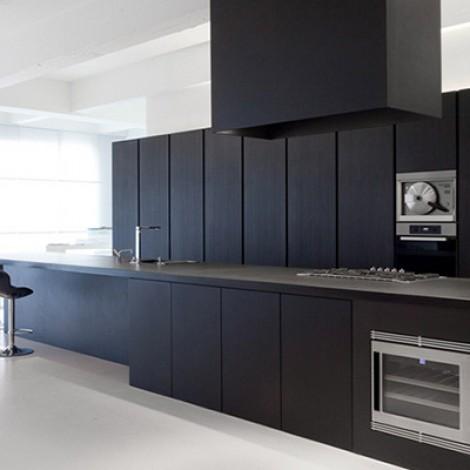 Prachtig tot in detail afgewerkte zwarte keuken.